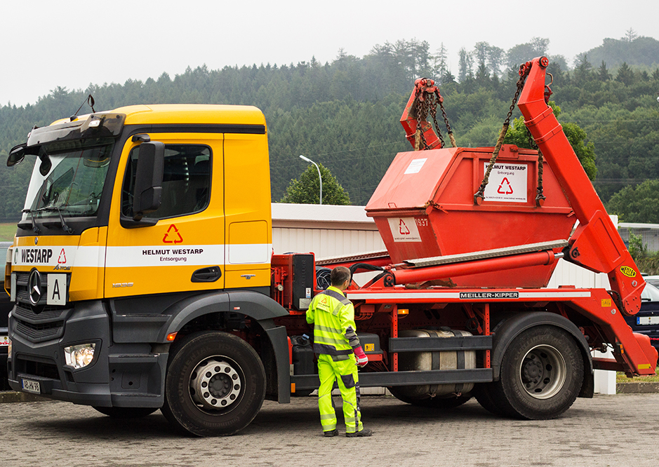 Tausch 3 m³ Absetzcontainer über Absetzfahrzeug
